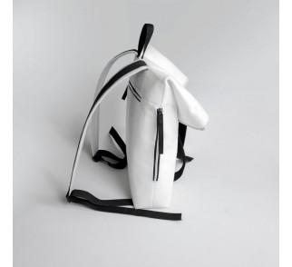 Biały filcowy plecak.